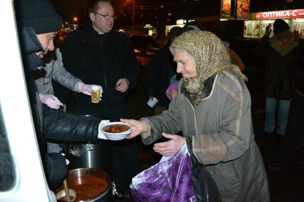 В Одесі нагодували десятки голодних людей: теплі кадри, які змушують повірити у добро
