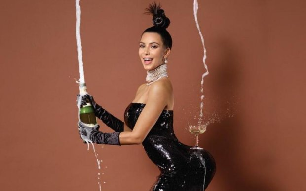 Ким Кардашьян пристрастилась к чужой бутылочке: фото
