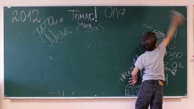 Осатанелая учительница жестоко расправилась со школьником: просто хотел в туалет, видео