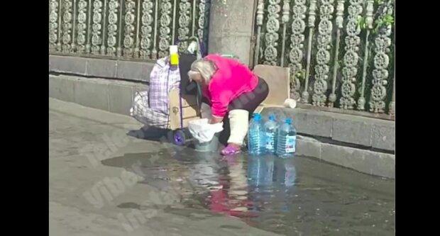 """У Києві жінка влаштувала """"Велике прання"""" прямо на вулиці: зливала просто під ноги пішоходам"""