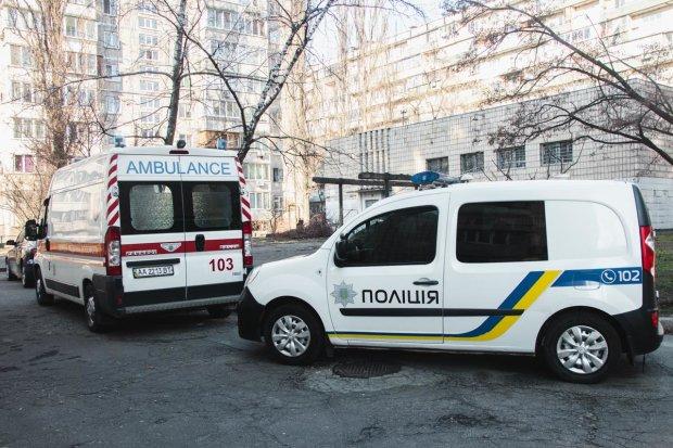 У Києві Mercedes не поділив дорогу з Daewoo і вилетів в бетонну стінку, є загиблий: фото