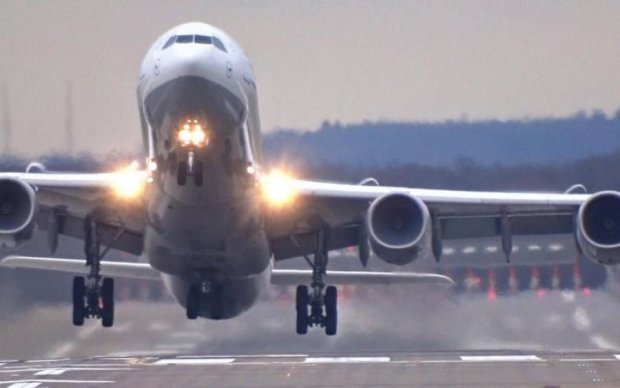 Пілоти проти негоди: у мережі показали захопливі приземлення літаків у бурю
