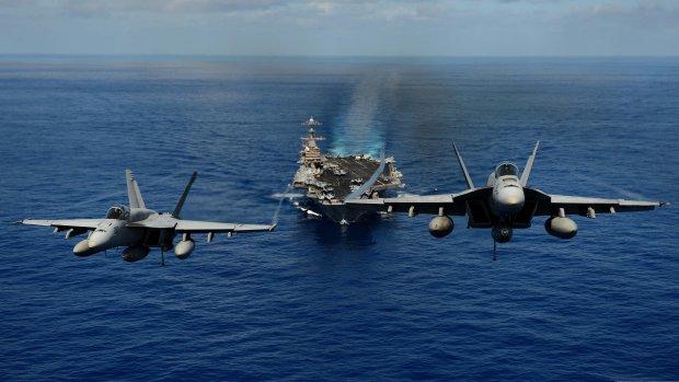 Військові літаки зіткнулися в небі над морем, є дивом вцілілий