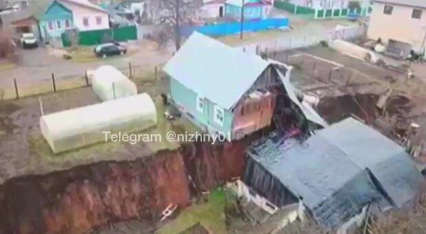 """Два жилых дома разорвало пополам из-за провала грунта: """"Портал в преисподнюю"""""""