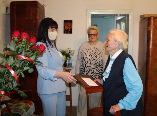 """На Прикарпатті жвава пенсіонерка відсвяткувала 100-річчя: """"В душі завжди 18"""""""