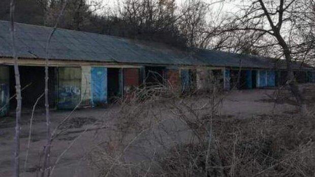 Такие вот автомобильные гаражи были в Мацковцах до 2019-го