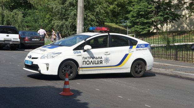 """У Києві Mazda """"посадила"""" на капот двох велосипедистів: життя підлітків висить на волоску, моторошні фото"""