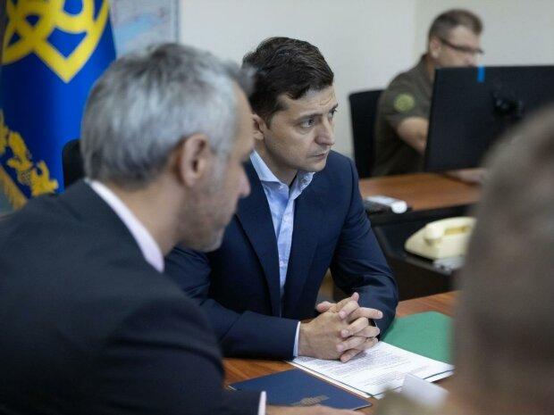 Зеленський терміново зібрав силовиків, ситуація на Донбасі вимагає рішення: що задумав гарант