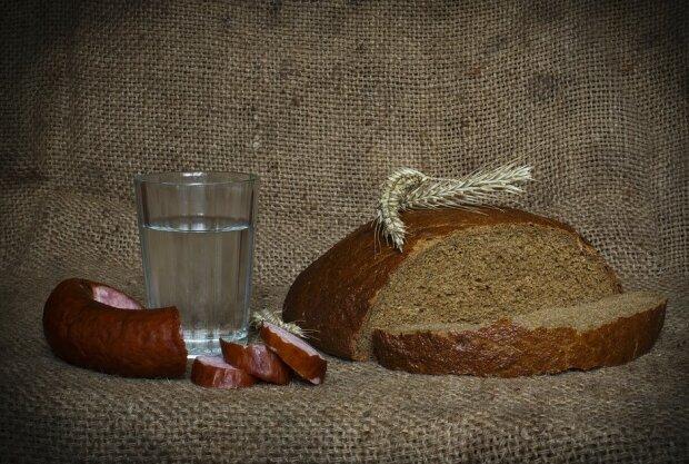 Рюмка, хлеб, колбаса, фото: Pixabay