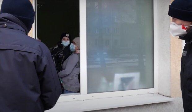 Онкохворого хлопчика щодня навідують  поліцейські, скріншот із відео