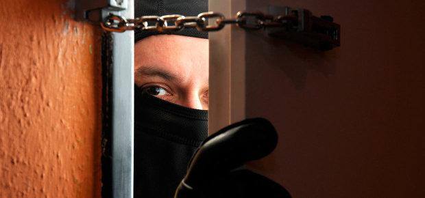 У Києві орудує парочка небезпечних злодіїв: будьте обережні, фото зловмисників