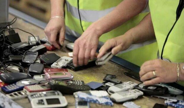 Мобільні телефони, скріншот: YouTube