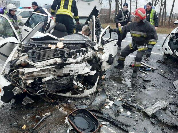 Труп львовянки вырезали из машины - адское ДТП на трассе Киев-Чоп потрясло Украину