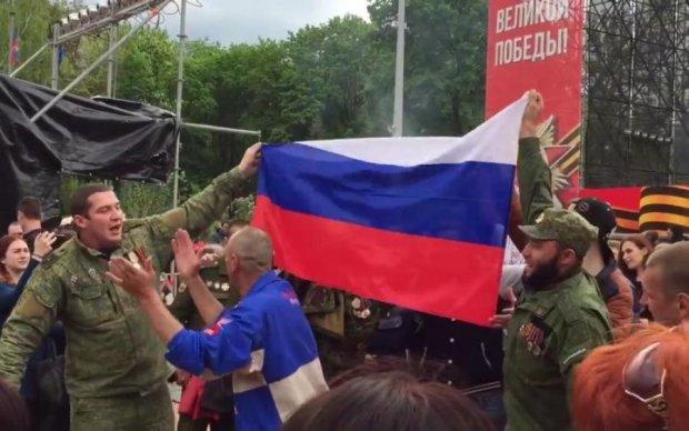 Активісти схопили викладача, який побив українку за прапор