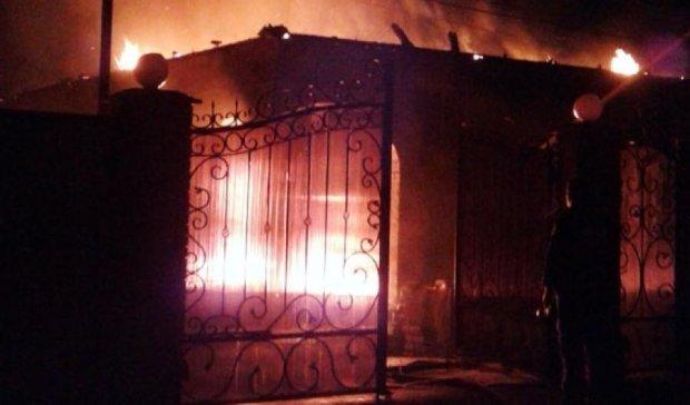 Бойовики повибивали вікна в школі та спалили будинок ущент