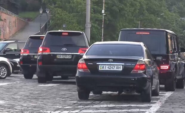 """Кортеж Суркісів їде пішохідною зоною, фото: """"Схеми"""""""