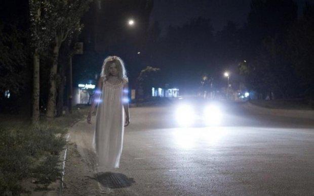 Умереть от страха: призрак сцапал байкера прямо на дороге, видео