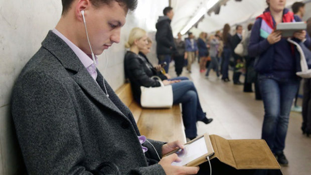 """Новий """"розвод"""" від операторів: українцям пообіцяли знизити мобільні тарифи, але не усе так просто"""