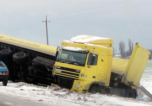 Смертельна ДТП з вантажівками перетворила дорогу на пекло на Землі: частини тіла збирали по заметах