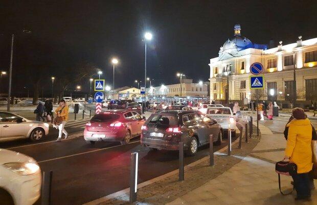 """Львовяне показали горе-реконструкцию возле вокзала, стоят в пробках часами: """"Горите в аду"""""""