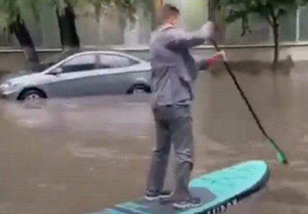 Потоп у Києві змусив городян проявити дива винахідливості: пливуть, хто як може