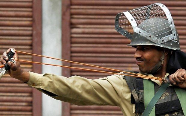 Індійський поліцейський на очах натовпу підпалив газовий балон