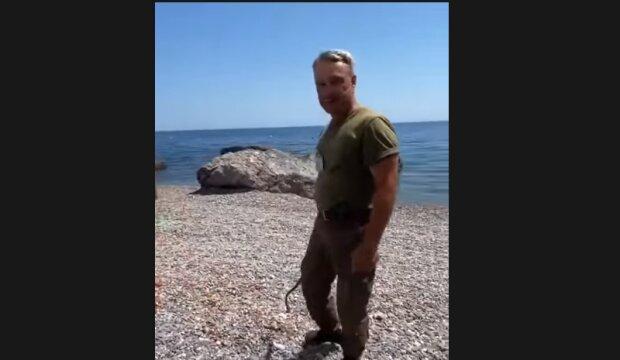 Охранник с нагайкой, скриншот из видео