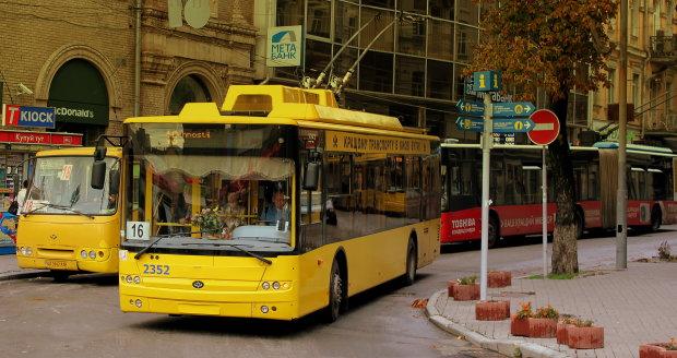 В Киеве троллейбус слетел с дороги и сносил все на своем пути: на волосок от смерти