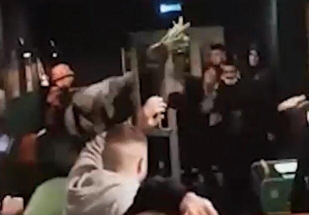 Летіли стільці й вазони: вечірка в барі переросла в масову бійку