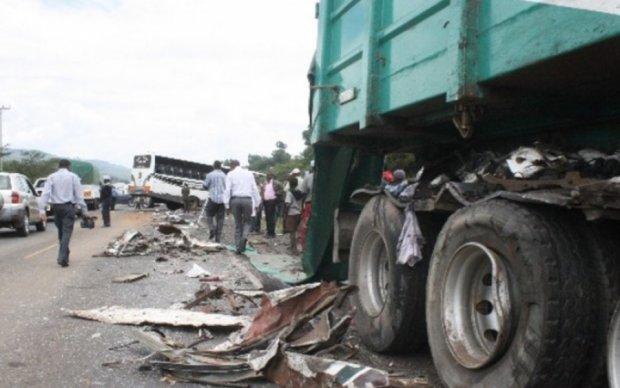 В Кении грузовик смял пассажирский автобус: есть жертвы
