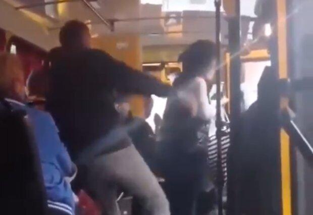 Чоловік побив жінку, скріншот із відео