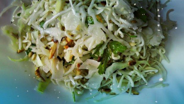 Економний варіант на всі випадки життя: простий рецепт хрусткого салату з мівіною