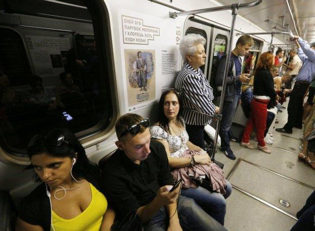В Киеве экстренно перекрыли красную ветку метро, тысячи людей в заложниках: творится страшное, видео