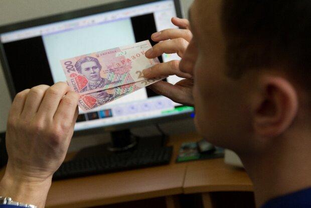 Фальшиві гроші в Україні: як не стати жертвою і розпізнати підробку