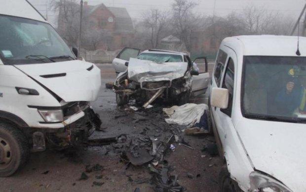 Лоб у лоб: смертельна ДТП з автобусами затопила вулицю кров'ю