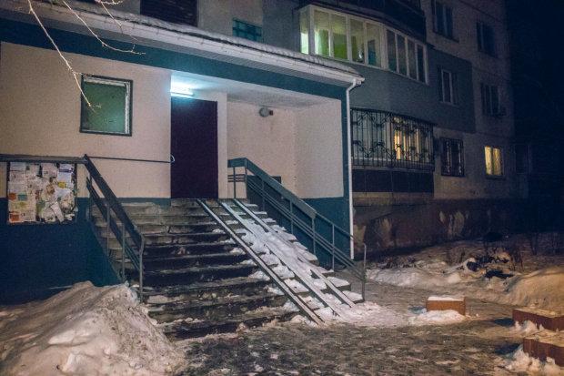 У Києві студент викинувся з 14 поверху на очах у друзів: фото трагедії потрапили в мережу, 18+