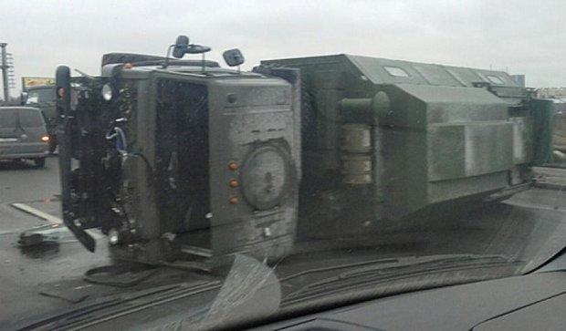 В Санкт-Петербурге на дороге перевернулись военные КамАЗы (фото)