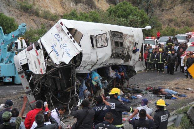 Смертельное ДТП: водитель на большой скорости врезался в толпу, среди погибших дети