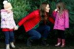 Кейт Міддлтон забрала дітей і пішла на ринок, вибирати ялинку — не царська справа: такого ви ще не бачили