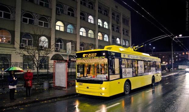 В Киеве безделье коммунальщиков спасло слетевший с рельсов троллейбус: ситуация на грани абсурда
