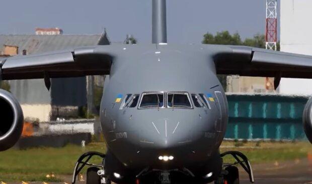 """Літак заводу """"Антонов"""", скріншот з відео"""