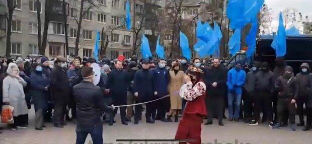 В Киеве митинг под американским посольством, фото: скриншот из видео