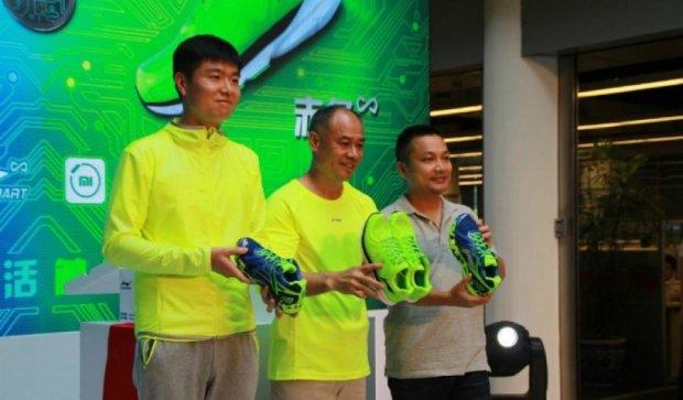 Компанія Xiaomi випустила смарт-кросівки