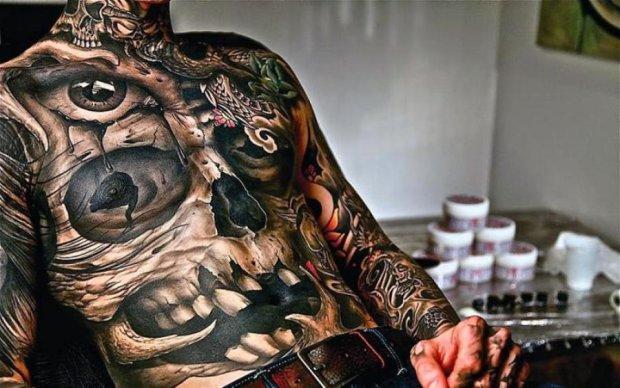 Пошлость или романтика: сеть поразила странная татуировка