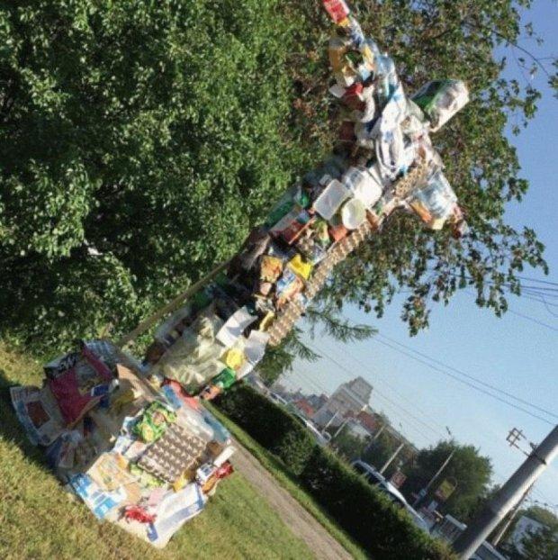 В России установили статую Исуса из мусора