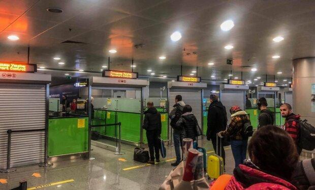 """Пасажир у """"Борисполі"""" ледь не відправив на той світ десятки людей: валізка """"з сюрпризом"""" прямувала до Єгипту"""