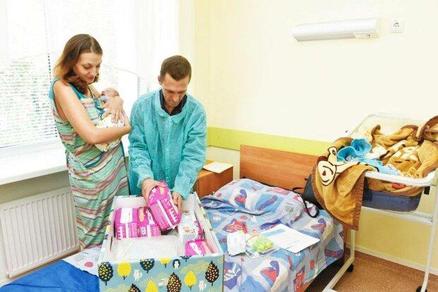 """Українським молодим матусям видаватимуть оновлені """"бебі-бокси"""": ще більше подарунків для немовлят"""