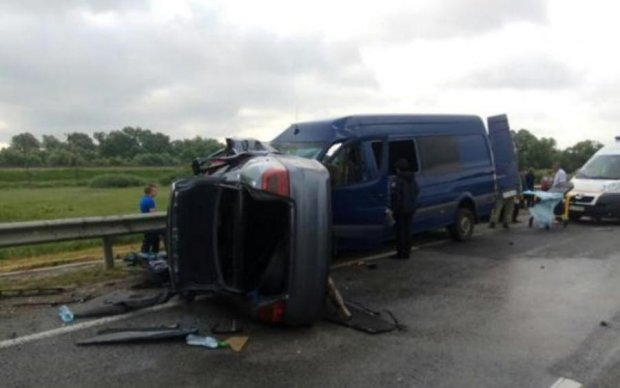 Иномарка влетела в переполненный автобус: есть погибшие