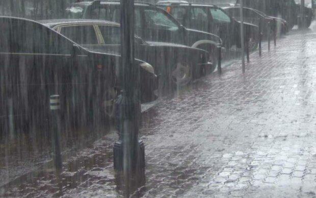 Злива в Одесі: як по місту пропливали камені, машини і діти до 12-ти років