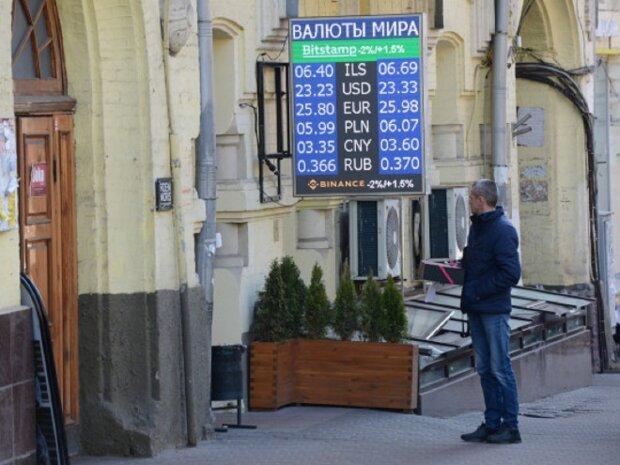 Курс валют на 28 декабря: гривна ушла на новогодние каникулы